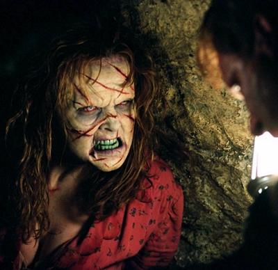 13-l-exorciste-au-commencement-skarsgard-d-arcy-petitsfilmsentreamis.net-abbyxav-optimisation-image-google-wordpress