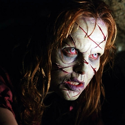 2-l-exorciste-au-commencement-skarsgard-d-arcy-petitsfilmsentreamis.net-abbyxav-optimisation-image-google-wordpress