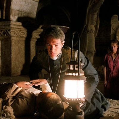 6-l-exorciste-au-commencement-skarsgard-d-arcy-petitsfilmsentreamis.net-abbyxav-optimisation-image-google-wordpress